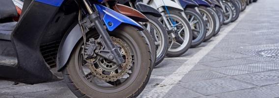 Aprende a aparcar correctamente tu ciclomotor o moto en ciudad
