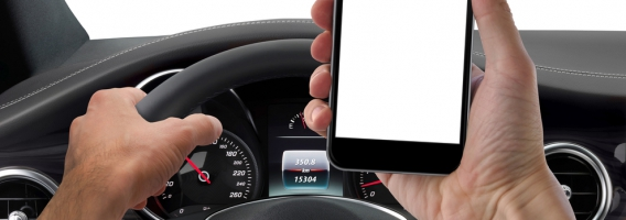El 50% de las multas, por  utilizar el móvil mientras se conduce