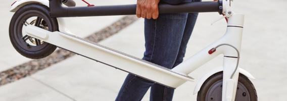 ¿Puedes viajar en avión con un patinete? ¿Es conveniente asegurarlo?