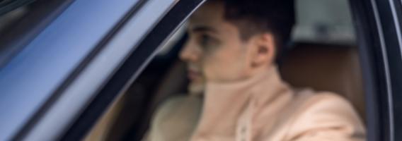 Atención porque conducir con abrigo te puede costar 200 euros