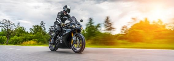 ¿Te interesa contratar un seguro a todo riesgo para tu moto?