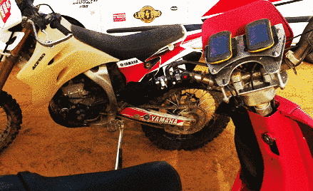 La moto junto a las herramientas de navegación
