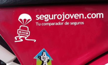 Logotipo de Segurojoven.com en la Vespa de Sara García